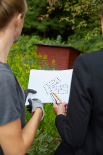 Cropped image of garden architects analyzing blueprintの写真素材 [FYI02143053]