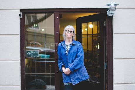 Portrait of confident female owner standing at doorway of jewelry storeの写真素材 [FYI02143100]