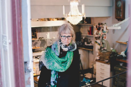 Senior female owner wearing scarf in jewelry storeの写真素材 [FYI02143214]