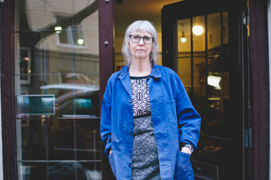 Portrait of senior female owner standing with hands in pockets outside jewelry storeの写真素材 [FYI02143232]