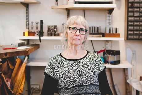 Portrait of confident senior female owner in jewelry workshopの写真素材 [FYI02143525]