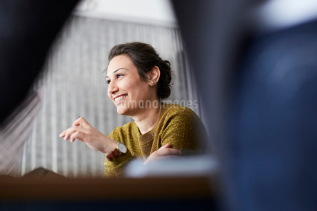 Smiling businesswoman sitting in front of female colleague at creative officeの写真素材 [FYI02143611]