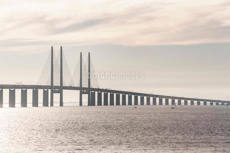 Oresund Bridge over sea against cloudy skyの写真素材 [FYI02143668]