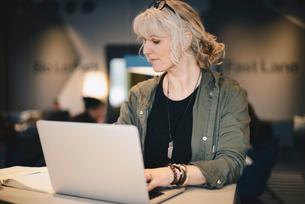 Businesswoman using laptop at desk in officeの写真素材 [FYI02143828]