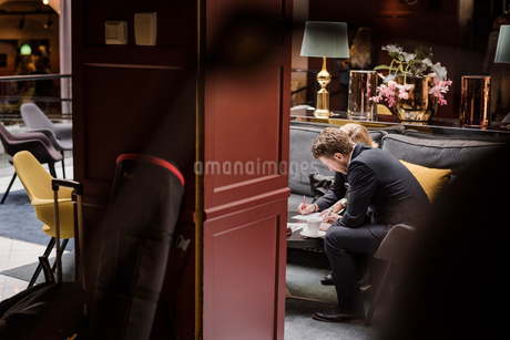 Business people signing agreement in hotel receptionの写真素材 [FYI02144045]