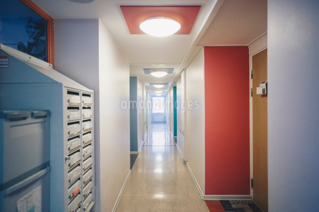 Interior of empty corridor in college dormの写真素材 [FYI02144092]