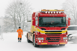 Driver walking by tow truck during winterの写真素材 [FYI02144104]