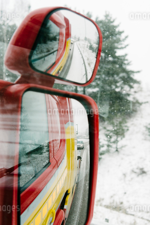 Reflection of road seen from side-view mirror on tow truckの写真素材 [FYI02144175]