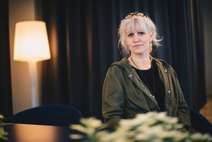 Portrait of confident businesswoman standing in officeの写真素材 [FYI02144701]