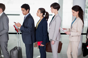 Business people standing in queue at airportの写真素材 [FYI02144718]