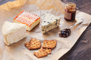High angle view of cheese with crackers and preserves on tableの写真素材 [FYI02144746]