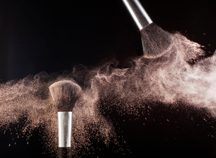 Powder blowing from makeup brushesの写真素材 [FYI02145249]