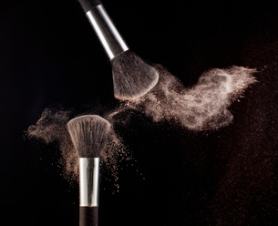 Powder blowing from makeup brushesの写真素材 [FYI02145458]