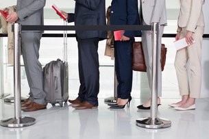 Business people standing in queue at airportの写真素材 [FYI02145653]