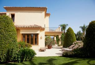 Luxury Spanish villa and patioの写真素材 [FYI02146125]