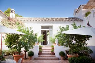 Doorway from patio into Spanish villaの写真素材 [FYI02146174]