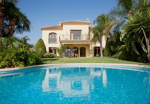Luxury swimming pool and Spanish villaの写真素材 [FYI02146211]
