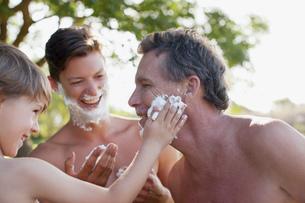 Multi-generation men applying shaving cream to facesの写真素材 [FYI02146833]