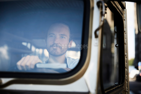Young man driving food truck in cityの写真素材 [FYI02146850]