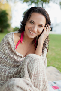 Close up portrait of smiling woman wrapped in blanketの写真素材 [FYI02147190]
