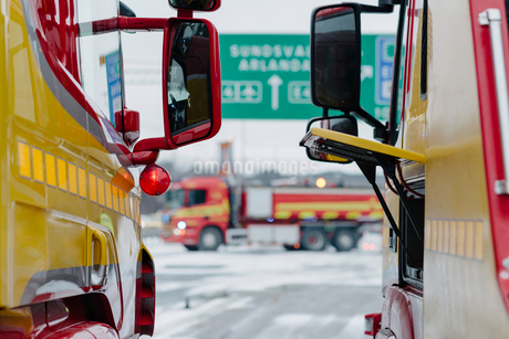 Tow trucks on road during winterの写真素材 [FYI02147304]
