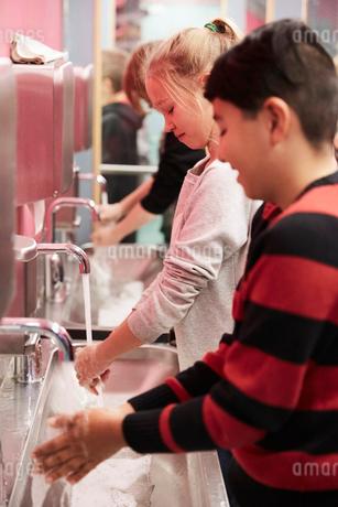 Junior high students washing hands in schoolの写真素材 [FYI02147439]