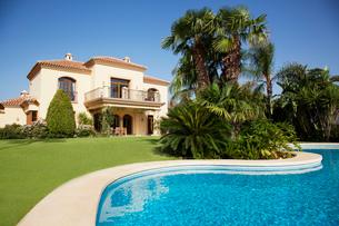 Swimming pool and Spanish villaの写真素材 [FYI02147589]