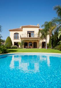 Luxury swimming pool and Spanish villaの写真素材 [FYI02147622]