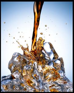 Soda pouring over iceの写真素材 [FYI02147784]