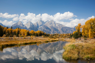 Mountains and landscape reflected in still riverの写真素材 [FYI02148000]
