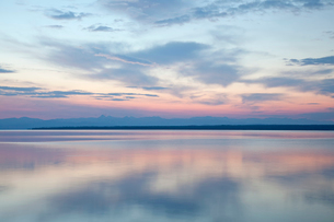 Sunrise reflected in still waterの写真素材 [FYI02148067]