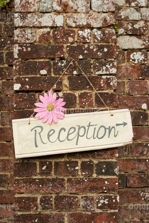 'Reception' sign on brick wallの写真素材 [FYI02148332]