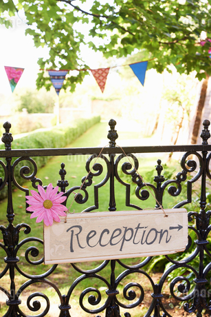 'Reception' sign on wrought iron fenceの写真素材 [FYI02148341]