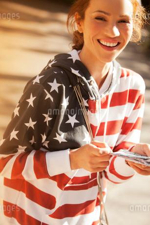 Woman wearing American flag sweatshirtの写真素材 [FYI02148419]