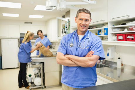 Smiling veterinarian standing in vet's surgeryの写真素材 [FYI02148572]