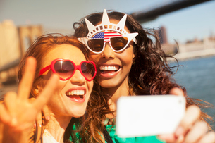 Women taking picture of themselves in novelty sunglassesの写真素材 [FYI02148590]