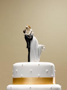 Bride and groom topper on wedding cakeの写真素材 [FYI02148678]