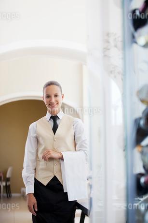 Waitress smiling in restaurantの写真素材 [FYI02148690]
