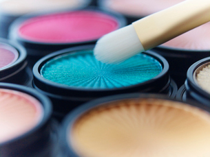 Close up of makeup brush with eyeshadowsの写真素材 [FYI02148738]