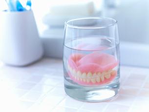 Close up of dentures soaking in glass of waterの写真素材 [FYI02148743]
