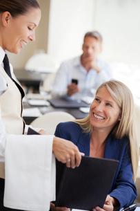 Businesswoman ordering in restaurantの写真素材 [FYI02148756]