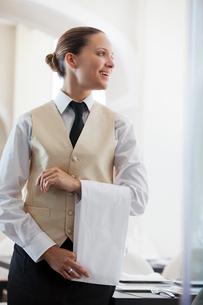Waitress smiling in restaurantの写真素材 [FYI02148784]