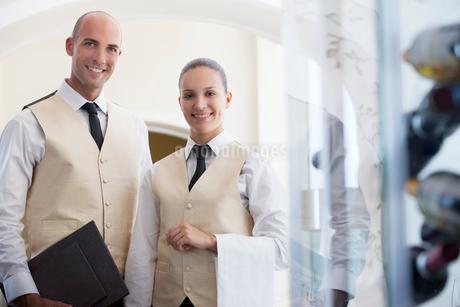 Wait staff smiling in restaurantの写真素材 [FYI02148793]