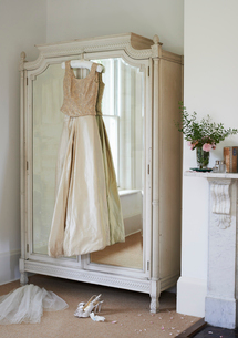 Wedding gown hanging from wardrobeの写真素材 [FYI02148814]