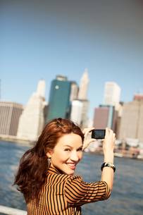 Woman taking picture of city cityscapeの写真素材 [FYI02148928]