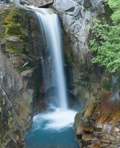 Waterfall emptying into still poolの写真素材 [FYI02149000]