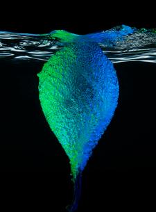 High speed image of balloon popping underwaterの写真素材 [FYI02149047]