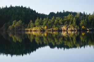 Rural landscape reflected in still lakeの写真素材 [FYI02149126]
