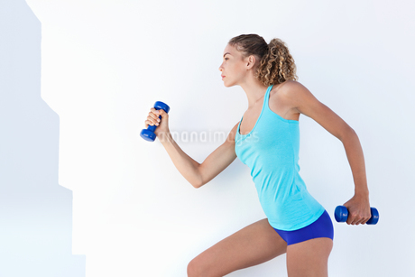 Woman lifting weights outdoorsの写真素材 [FYI02149398]