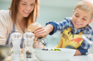 Mother and son making salad in kitchenの写真素材 [FYI02149458]